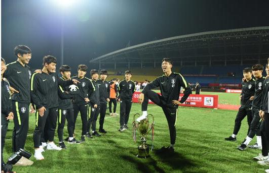韓国サッカートロフィー踏み付け問題